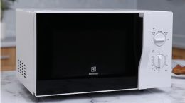 co-nen-mua-lo-vi-song-electrolux-1
