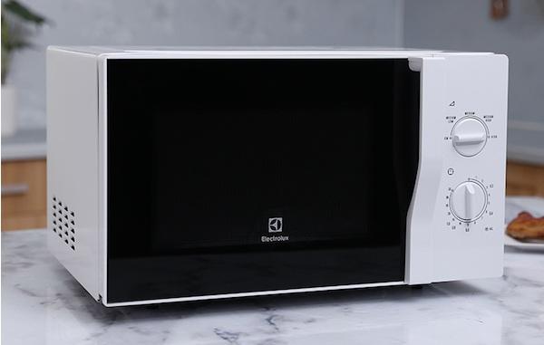 co-nen-mua-lo-vi-song-electrolux-1